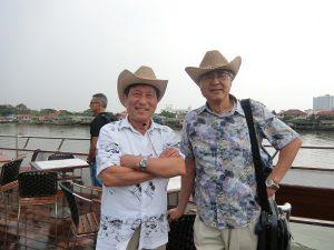 スコールの後チャオプラヤ川の船上で弟と