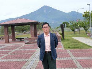 新緑の磐梯山を背に腰の手術後1年過ぎて