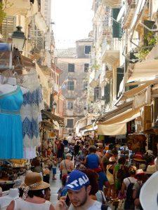 ギリシャ・コルフ島旧市街の観光客