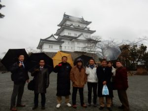 雨のなか小田原城