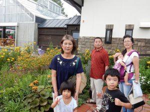 旭山動物園途中の花畑のファームで記念撮影