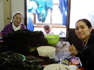 若いアルバイト女性とお母さんと奥にかみさん
