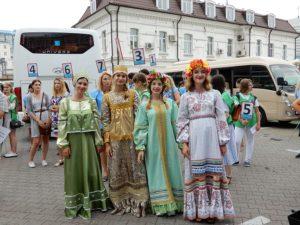 ウラジオストックで民族衣装のお出迎え