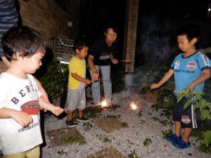 自宅の庭で花火を楽しむ