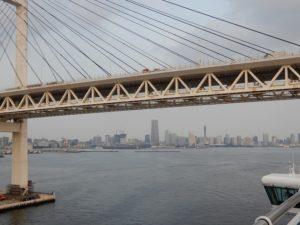 レインボブリッジを潜って横浜港へ