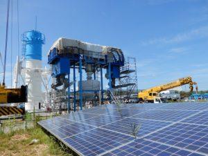 太陽光側の隣の巨大な廃炉施設