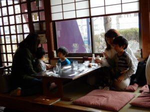 孫と嫁さんとお蕎麦屋で昼食