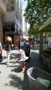 バルセロナの街なかで女の子が音楽に合わせて踊っていた