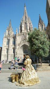 バルセロナの大聖堂と大道芸人