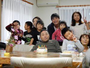 誕生日祝いのケーキを前に