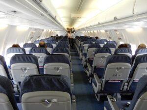空席だらけの飛行機内