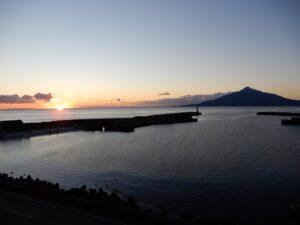 ホテルの窓から利尻富士と日の出が
